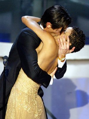 Adrien-brody-kisses-halle-berry-at-oscar